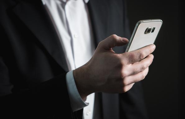 empresario con móvil en mano