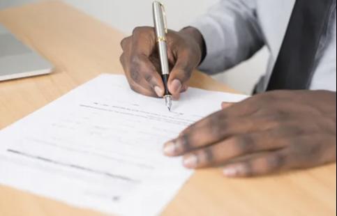 hombre negro firmando