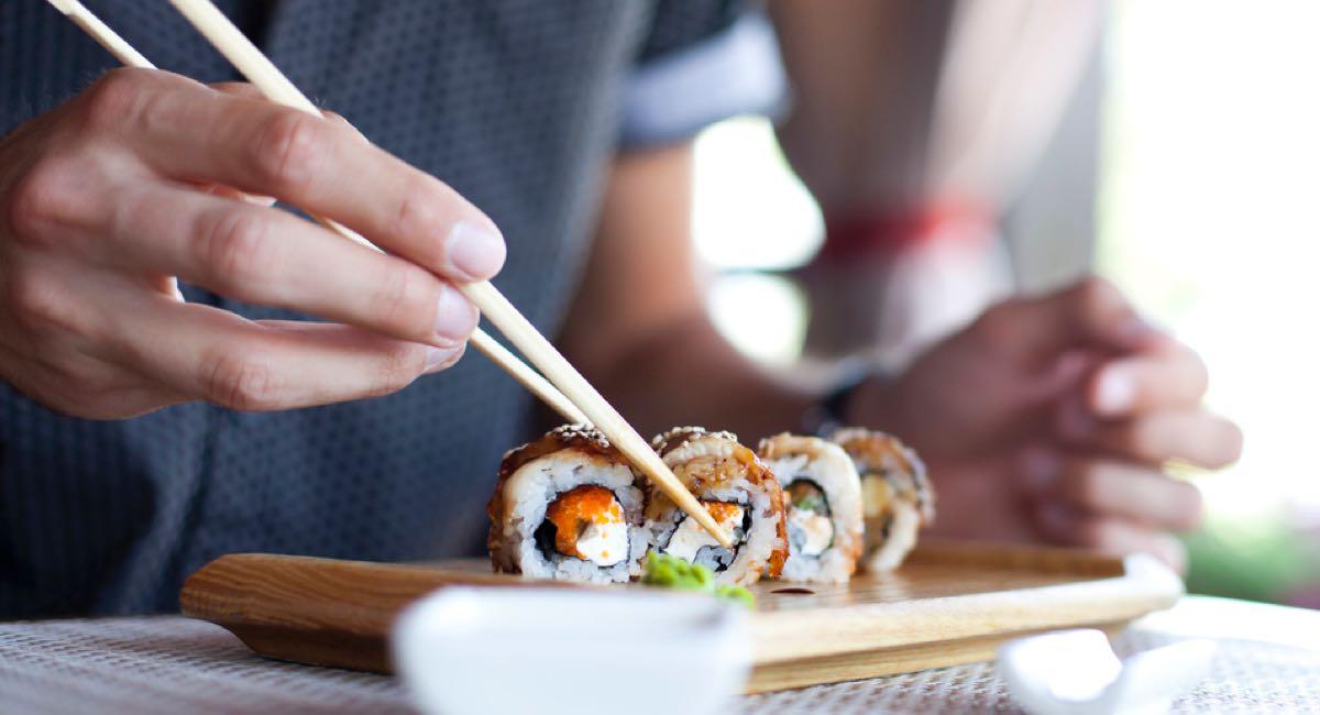 Comer sushi